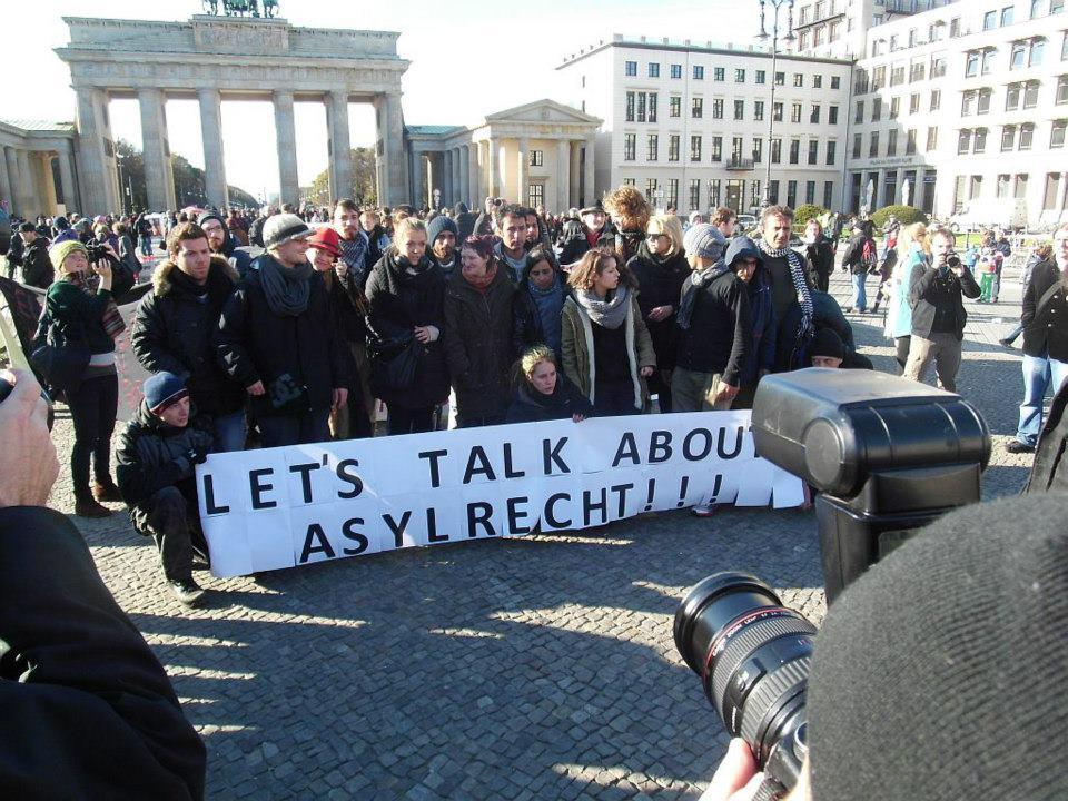 Proteste gegen das derzeitige Asylrecht am Brandenburger Tor. (Foto: Dirk Stegemann)