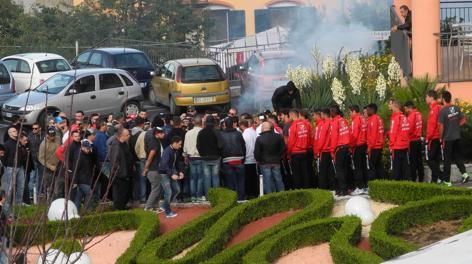 Ultràs von Nocerina bedrohen ihr Team